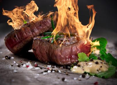 Flambovaný-hovězí-biftek-na-červeném-pepři