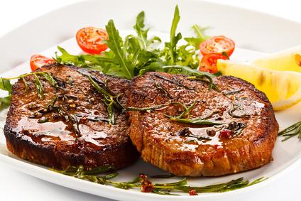 Grilled steaks and vegetables Grilovaná vepřová kotleta na čerstvých bylinkách a zázvoru