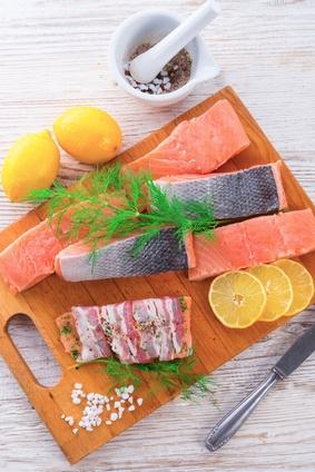 Grilované-tyčinky-z-lososa-protkané-slaninou