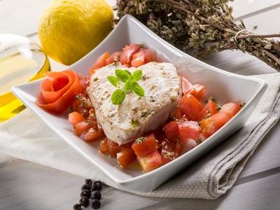 Steak-z-tuňáka-v-alobalu-rajčaty-mrkvemi-s-vůní-bazalky