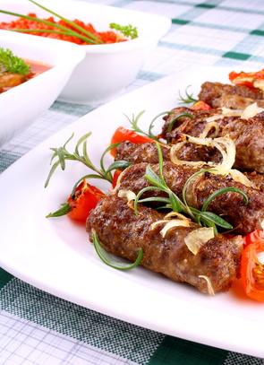 Čevapčiči ze tří druhů masa na grilu