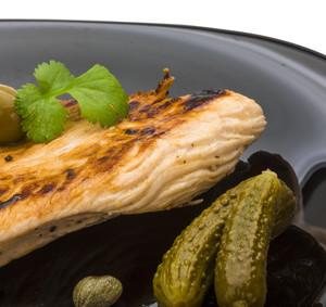 Krůtí steak v olivové marinádě s nakládanými okurkami