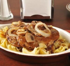 Vepřový steak s vinným přelivem dušených cibulek a žampionů
