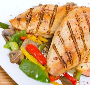 Kuřecí prsa na salátu z dušených paprik a žampionů na víně