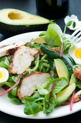 Salát z listového špenátu, hlávkového salátu, avokáda a grilovaného kuřecího