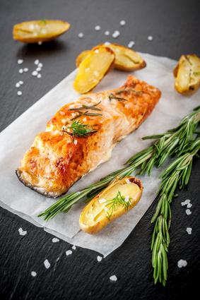 Filet z lososa s grilovanou hruškou a dušeným špenátem