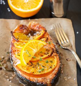Podkova z lososa na pomerančích a kopru se sezamovými semínky