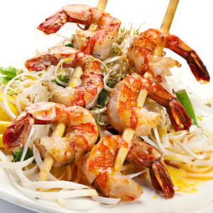 Špíz z grilovaných krevet na rýžových nudlích