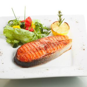 Podkova z lososa s bramborovou kaší se špenátem