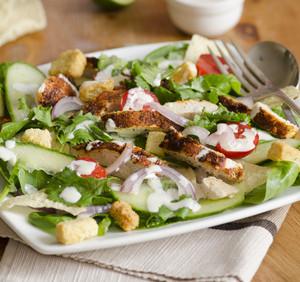 Jarní okurkový zeleninový salát s nivou a grilovaným kuřecím masem