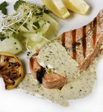 Podkova z lososa s bílou omáčkou ze zeleného pepře