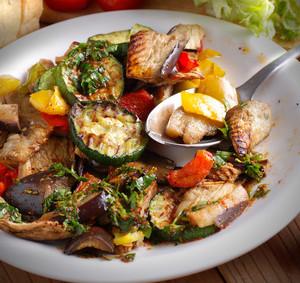 Salát z grilované zeleniny a grilovaným kaprem
