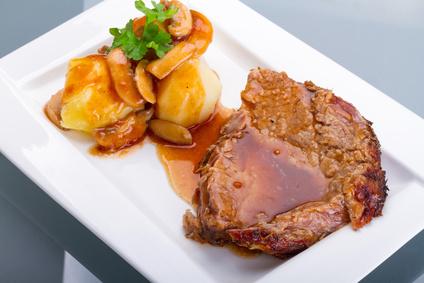 Medový vepřový steak s jablky a mandlemi v alobalu