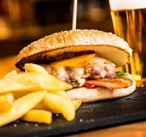 Dětský kuřecí hamburger s grilovanou broskví