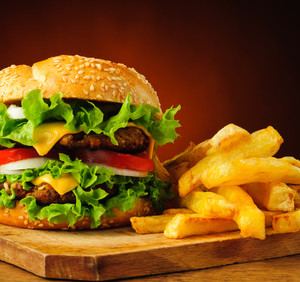 Dvojitý burger se dvěma druhy masa