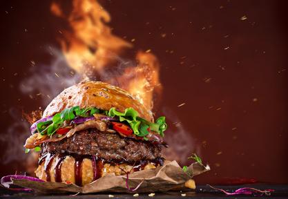 Hovězí hamburger s pálivou brusinkovou omáčkou
