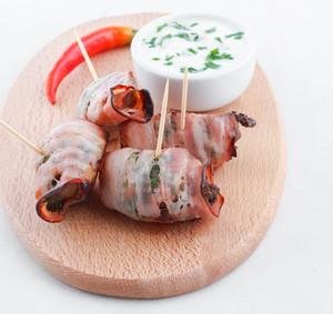 Kuřecí játra ve slanince máčená v ochucené zakysané smetaně