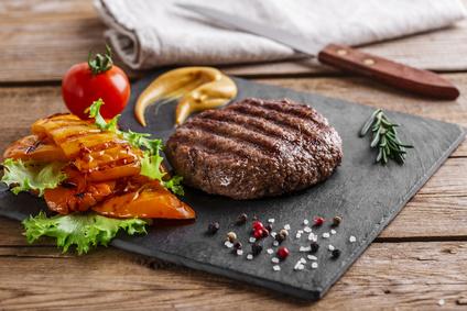 Hovězí burger s grilovanou zeleninou