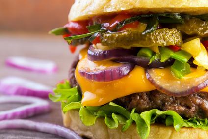 Hovězí burger se směsí restované zeleniny