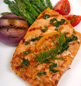 Filety z lososa protkané koprem a pažitkou