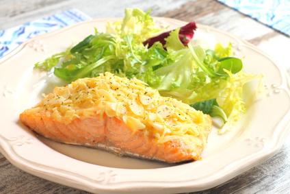 Filet z lososa v alobalu s mandlemi a sypaný chedarem