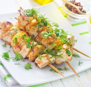 Špíz z kuřecího masa s chutí limetek, babány a žlutým melounem