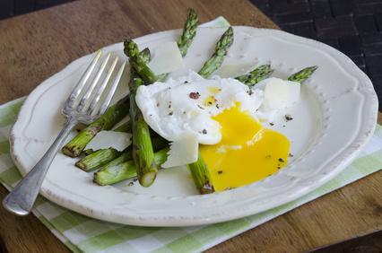 Grilovaný chřest se ztraceným vejcem a bylinkovou bagetou