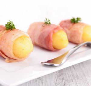 Plněné brambory sýrem a špenátem ve slanině - příloha