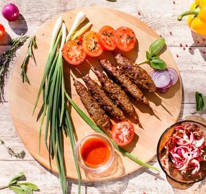 Krůtí kebab na špejli s chutí zeleniny a bylinek