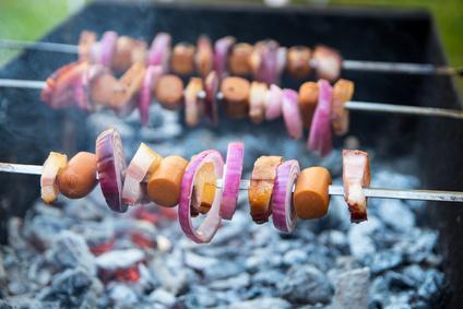 Šašlik s klobásou, slaninou a cibulí