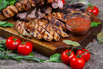 Grilované maso s pepřovou omáčkou a zeleninou