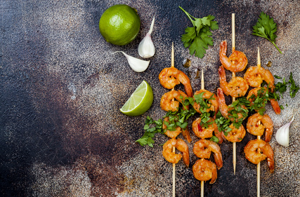 Grilované pikantní krevety s limetkou a česnekovo-smetanovou omáčkou
