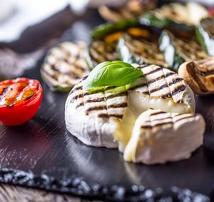 Grilovaný camembert s cuketou, rajčaty, olivovým olejem a lístky bazalky