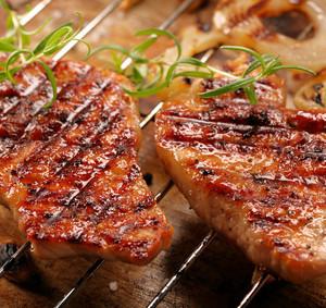 Grilovaný steak a zeleninový salát