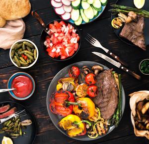Grilovaný steak se zeleninou, ovocem a omáčkou