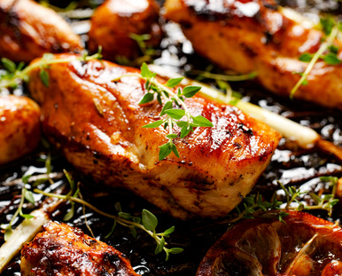 Grilovaná kuřecí prsa stymiánem, citrónem a zeleninou