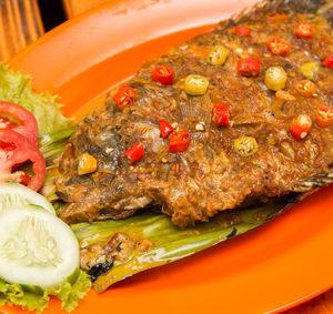 Grilované ryby sbylinkami, zeleninou a chilli papričkou