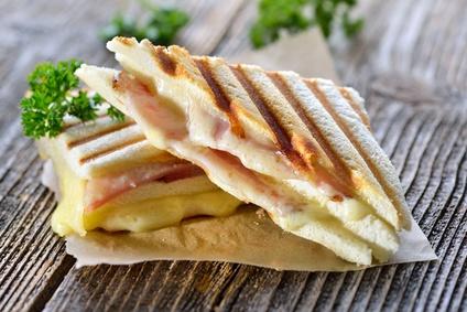 Grilované sendviče se sýrem a naloženými rajčaty