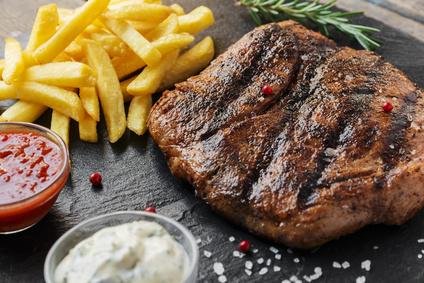 Grilovaný hovězí steak s brusinkami