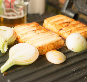 Grilovaný sýr a cibule
