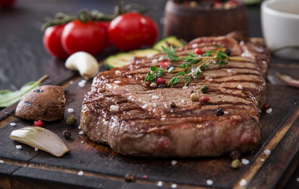 Vepřový steak sbylinkovým máslem, kukuřicí a paprikou