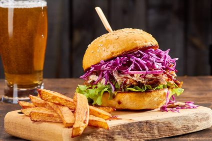 Kuřecí burgery s čedarem a salátem Coleslaw