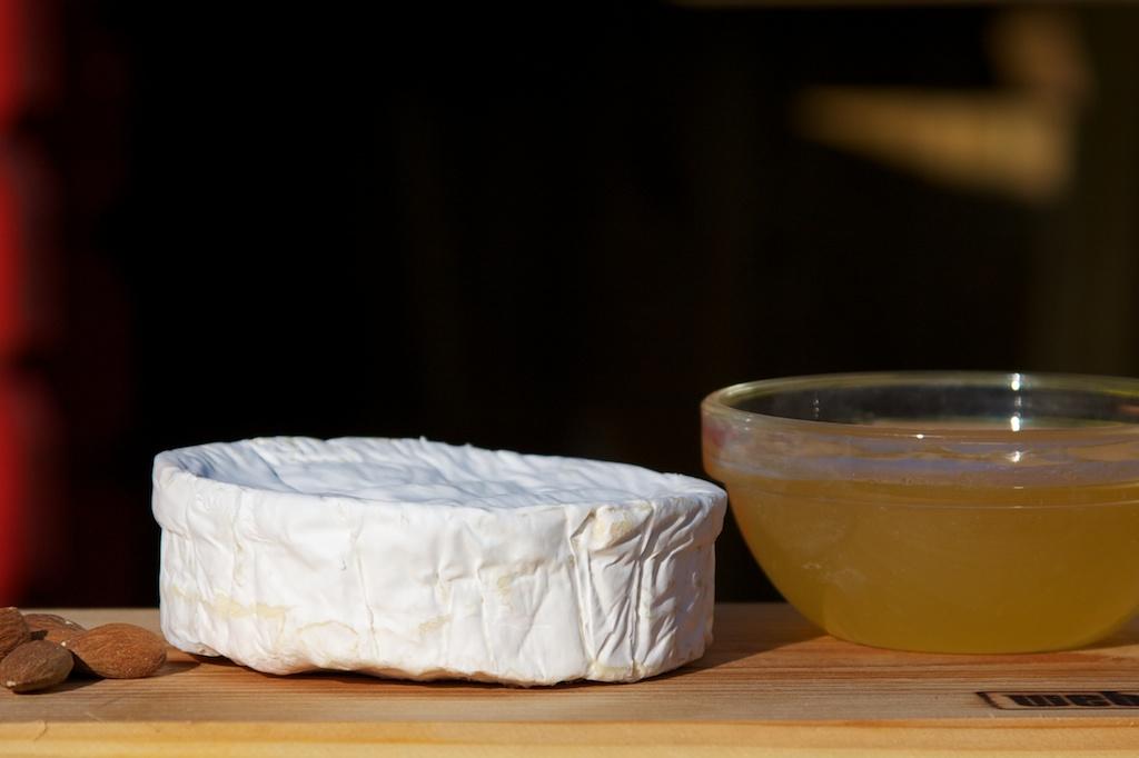 Sýr Brie s česnekem a pečenými paprikami na javorovém prkně